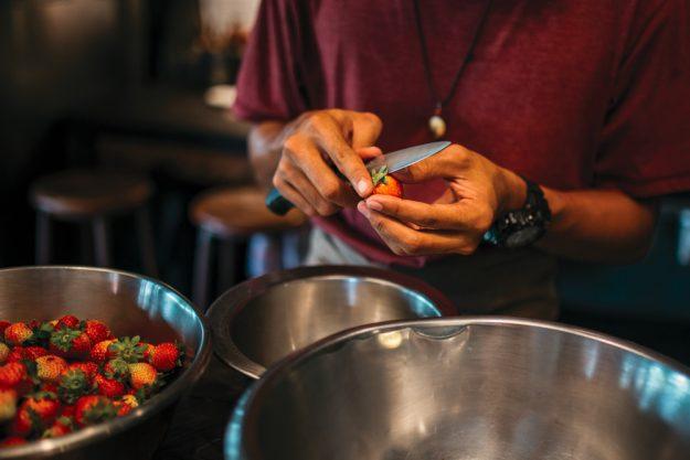 Männerkochkurs Frankfurt – Erdbeeren schneiden