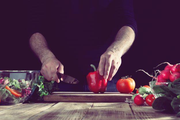 Männer-Kochkurs Neumünster – Gemüse wird geschnitten