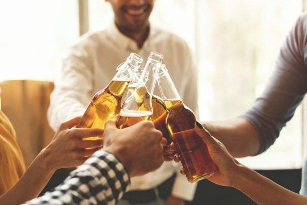 Männer-Kochkurs Stuttgart – Männer trinken Bier