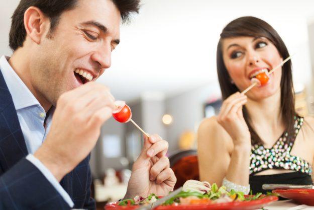 Paar-Kochkurs Stuttgart - Paar genießt das Essen zusammen