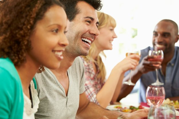 Paare genießen Essen zusammen