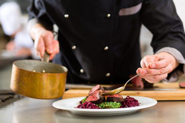 Paar-Kochkurs Stuttgart - Saucier richtet das Hauptgericht an