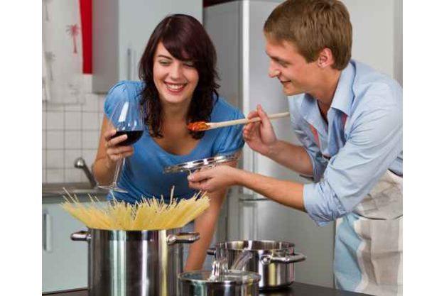 Pasta Kochkurs Stuttgart - Frau und Mann kochen Nudeln