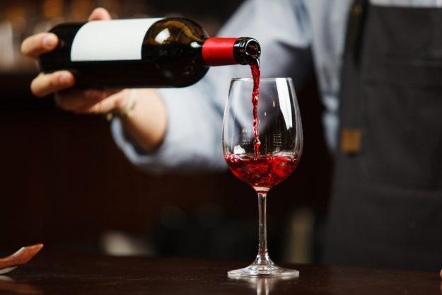Online Rotweinseminar Wein eingießen