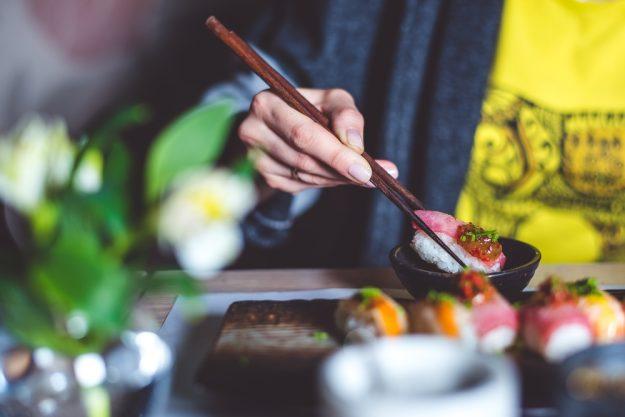 Sushi-Kurs-Fortgeschrittene-Bonn – Frau beim Sushi essen