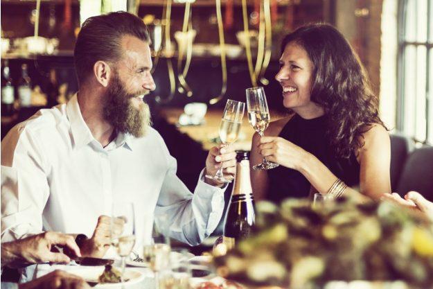 Kulinarisches Firmenevent – Mann und Frau stoßen an