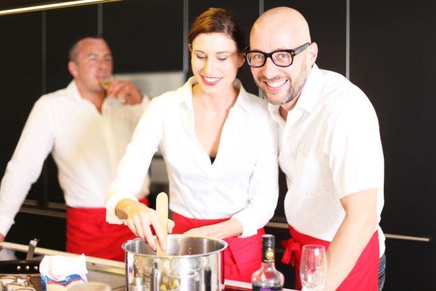 Teambuilding in Essen - Frau lernt kochen vom Profi