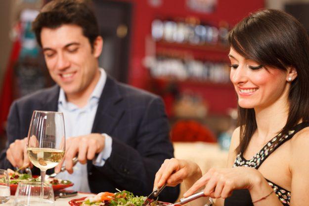 Teambuilding in Essen - Mann und Frau essen zusammen