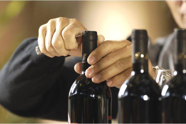 Teambuilding Weinseminar München - Sommelier öffnet Wein
