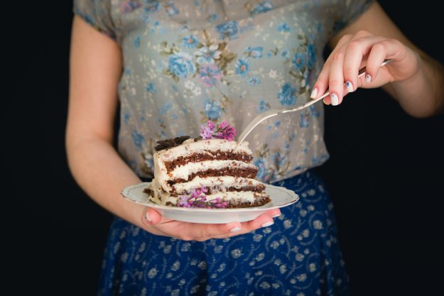 Tortenkurs Münster – Frau isst Tortenstück