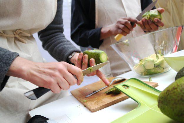 Vegetarischer Kochkurs Essen – Avocado schneiden