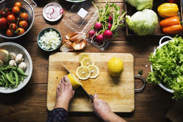 Vegetarischer Kochkurs Essen – Gemüse schneiden