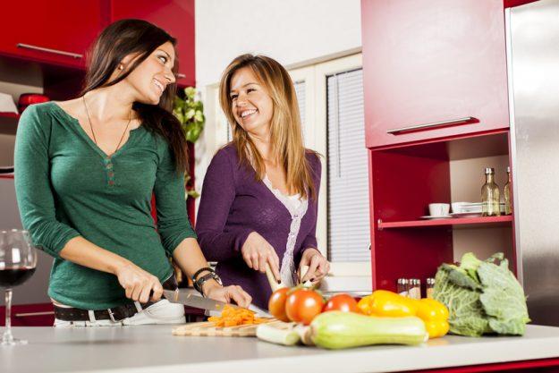 Vegetarischer Kochkurs Nürnberg - Frauen waschen Gemüse