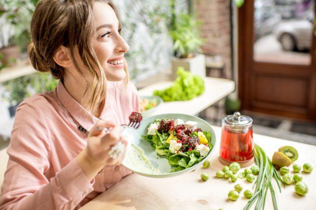 Vegetarischer Kochkurs in Stuttgart – Frau isst