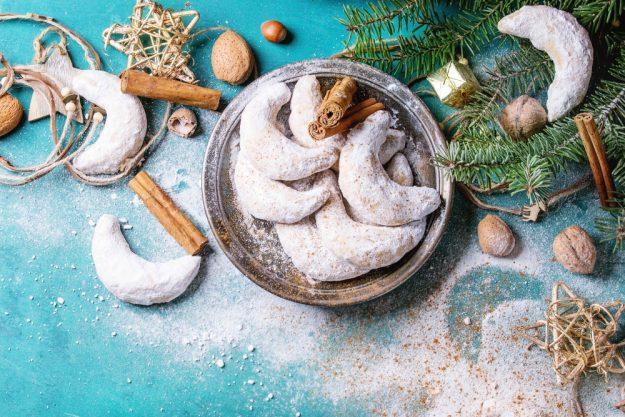 weihnachtlicher-backkurs-münster-vanillekipferl-vor-blauem-hintergrund