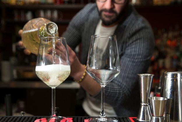 Weinprobe Augsburg – Barkeeper schenkt Prosecco ein