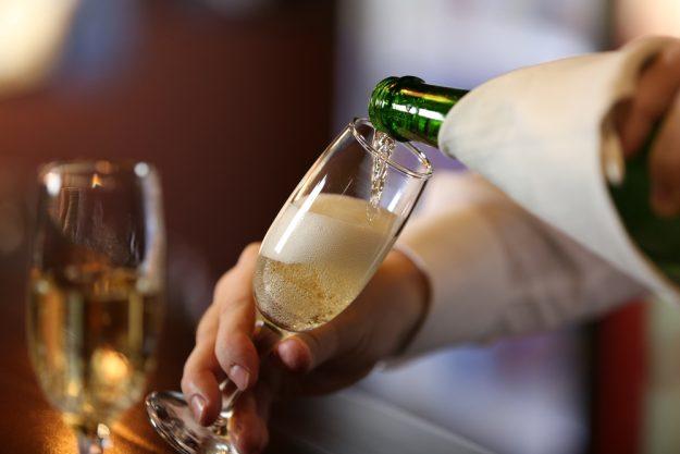 Weinprobe Augsburg – Champagner einschenken
