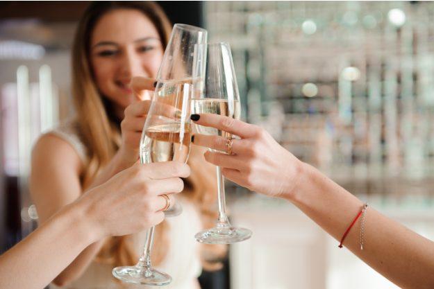 Weinprobe Augsburg – Frauen trinken Prosecco