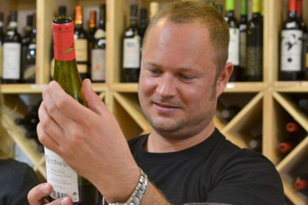 Weinprobe Berlin – Weinflasche in der Hand