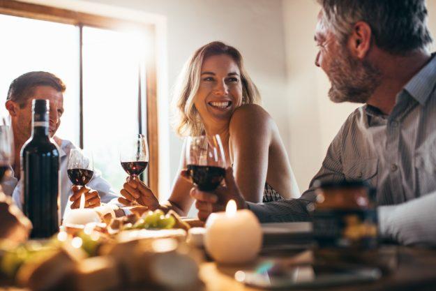 Weinprobe Hamburg – Gruppe trinkt Wein