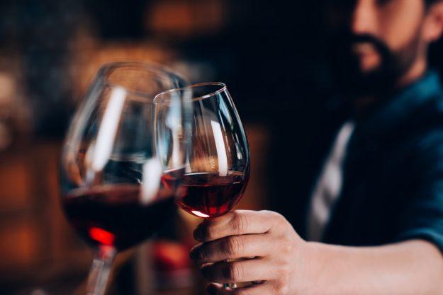 Weinprobe Stuttgart - mit Wein anstossen