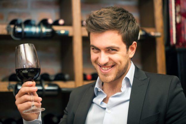 Weinseminar Regensburg - Mann degustiert Rotwein