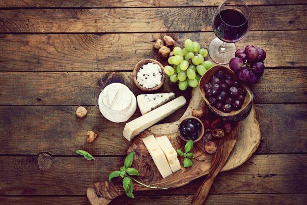 Weinseminar Essen – rustikale Käseplatte mit Wein
