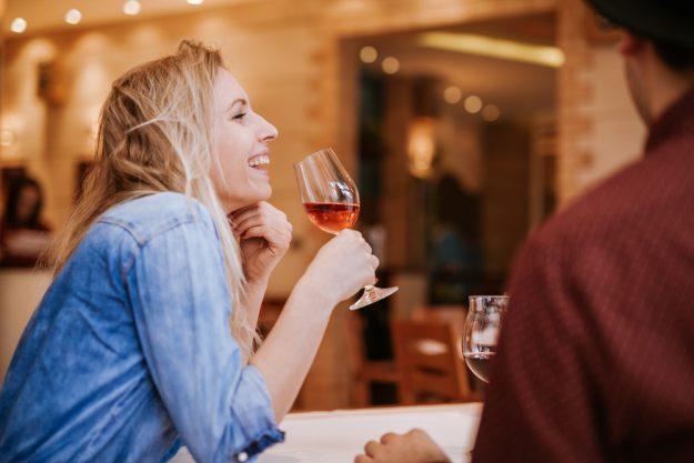 Weinseminar Nürnberg – Frau trinkt Wein