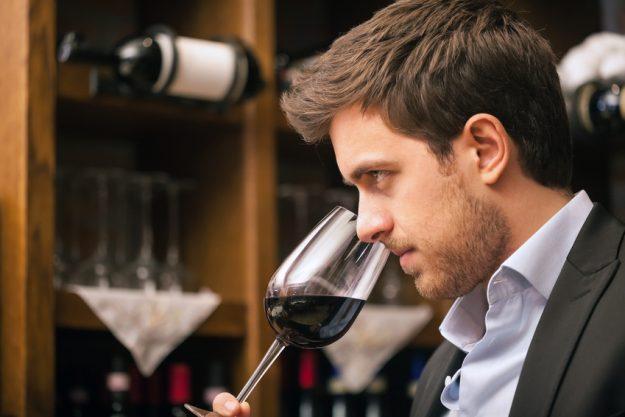 Weinseminar Stuttgart - Mann degustiert Rotwein