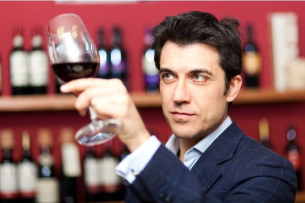 Weinseminar Stuttgart - Mann prüft Rotwein