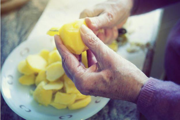 Wellness-Kochkurs Frankfurt – Kartoffel schälen