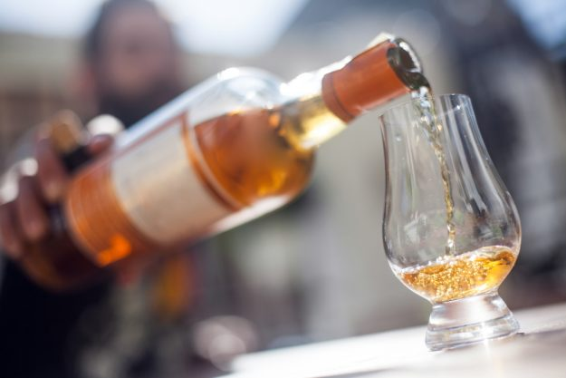 Whisky-Tasting Berlin – Whisky in Glas schütten