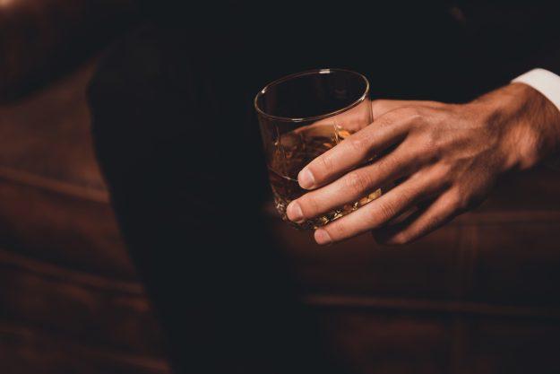 Whisky-Tasting Düsseldorf – Mann hält Whisky in Hand