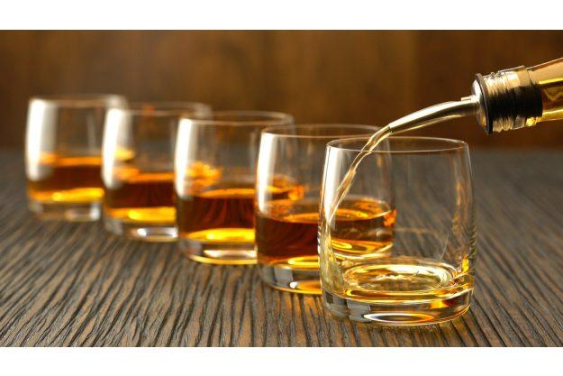 Whisky-Tasting Düsseldorf – Whisky in Gläser schenken