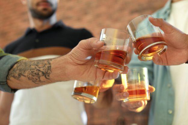 Whisky-Tasting-Köln-anstoßen mit Whisky