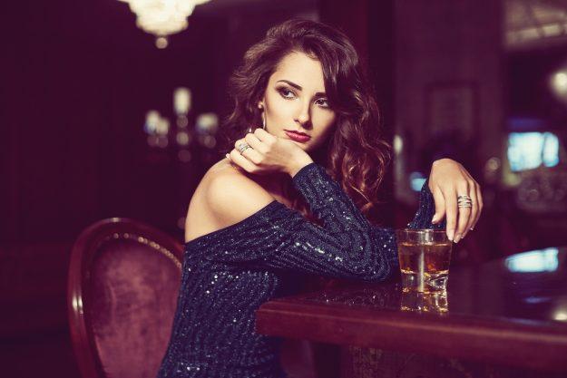 Whisky-Tasting Paderborn – Frau genießt ihren Whisky an der Bar