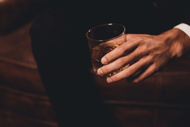 Whisky-Tasting in Stuttgart – Mann hält Whisky in der Hand