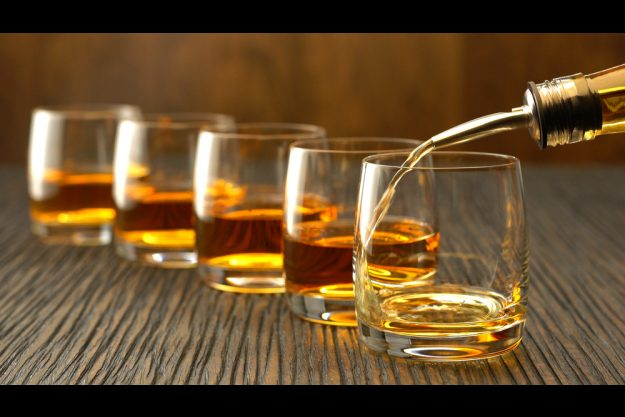 Whisky-Tasting in Stuttgart – Whisky in Gläser schenken
