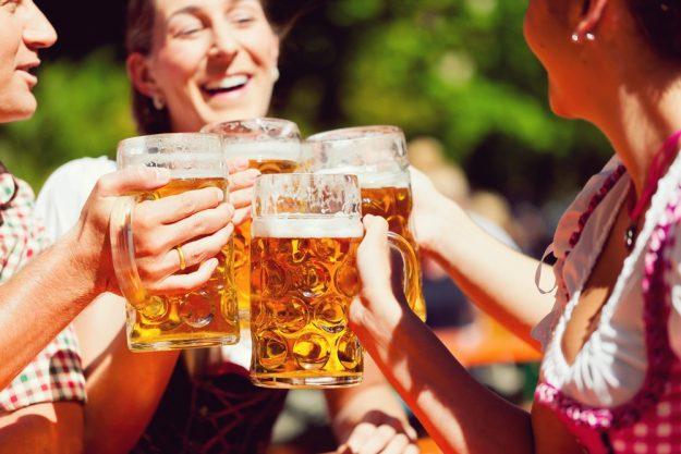 Wiesngrillen - Gäste stossen mit Bier an
