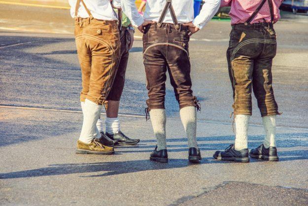 Wiesngrillen - Männer mit Lederhosen von hinten
