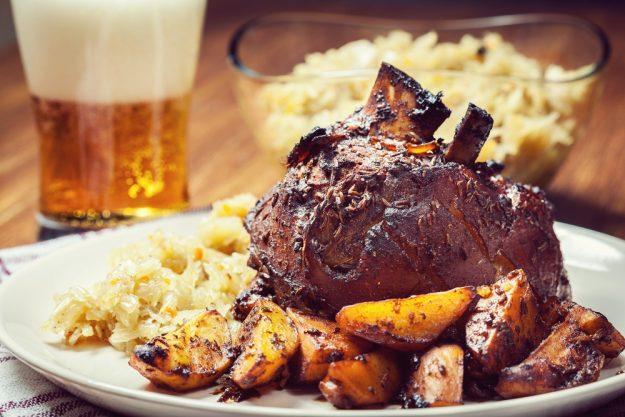 Wiesngrillen - Schweinehaxen mit Kraut, Kartoffeln und Bier