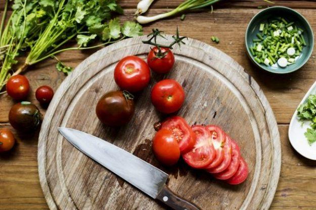Burger in allen Variationen –Tomaten schneiden