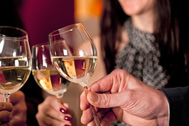 Weihnachtsfeier Bonn - mit Weißwein anstoßen