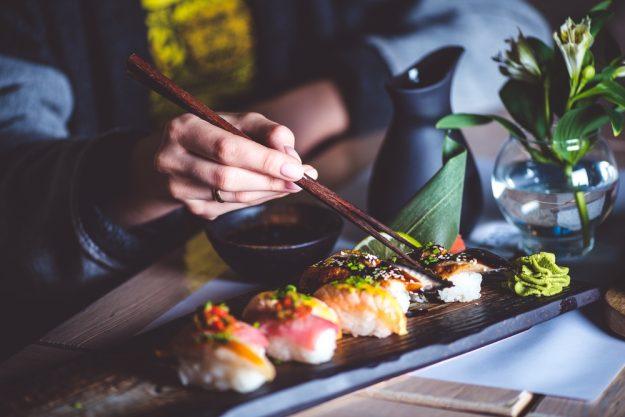 Sushi-Kurs-Fortgeschrittene-Bonn – japanische Frau beim Sushi essen