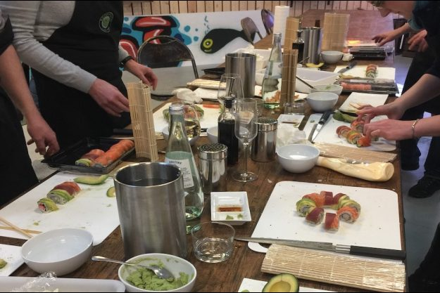 Sushi-Kurs-Bonn – Gruppe beim Sushi zubereiten