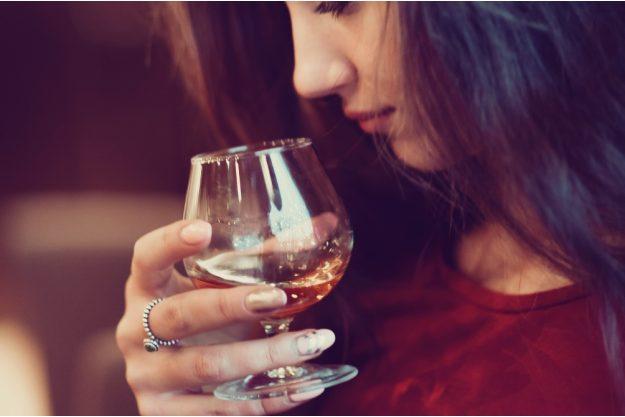Whisky-Tasting Bonn –Hübsche Frau verkostet Whisky
