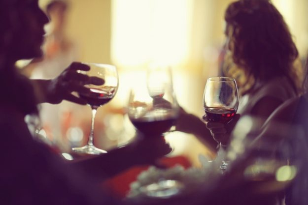 Krimidinner-Gutschein –Anstoßen mit Rotwein