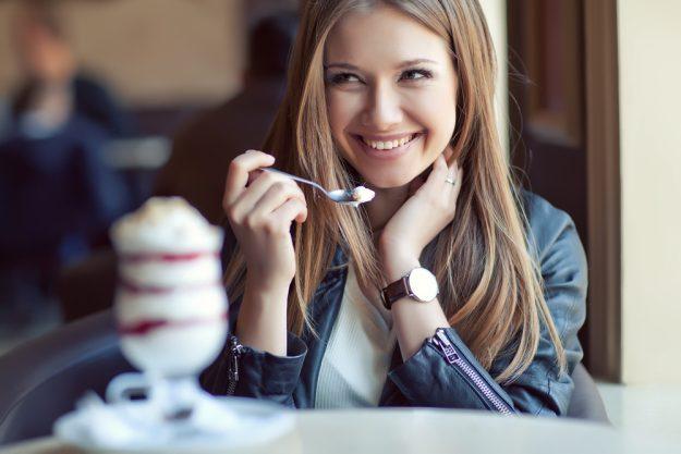 Kulinarische Stadtführung Düsseldorf – Frau isst Dessert
