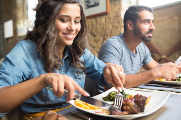 Kulinarische Stadtführung Düsseldorf – Frau isst