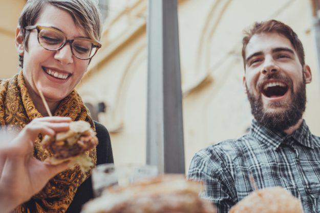 Kulinarische Stadtführung Düsseldorf –  Mann und Frau essen draußen